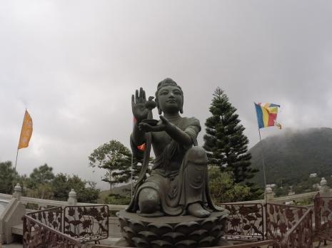 Posąg na tarasie otaczającym Buddę