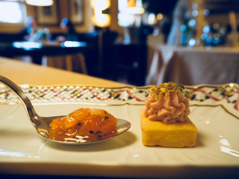 San Domenico Imola - tartare di salmone, biscotto al Parmigiano Reggiano con pate di Mortadella e pistacchi